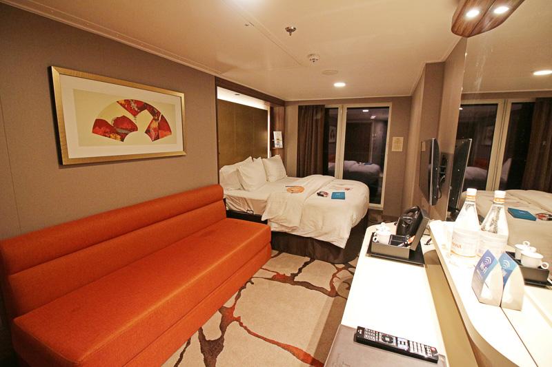 「バルコニーステートルーム」はベッド、ソファ、デスクそれぞれ広々