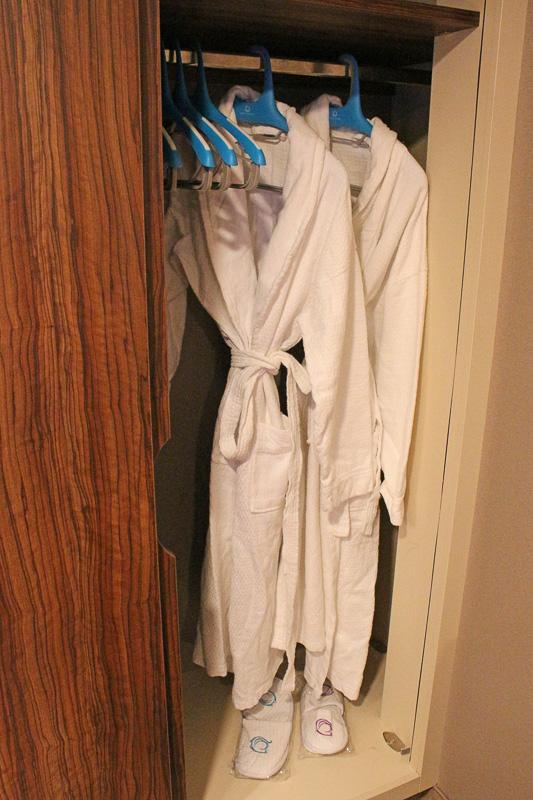 バスローブやスリッパが備え付けられている