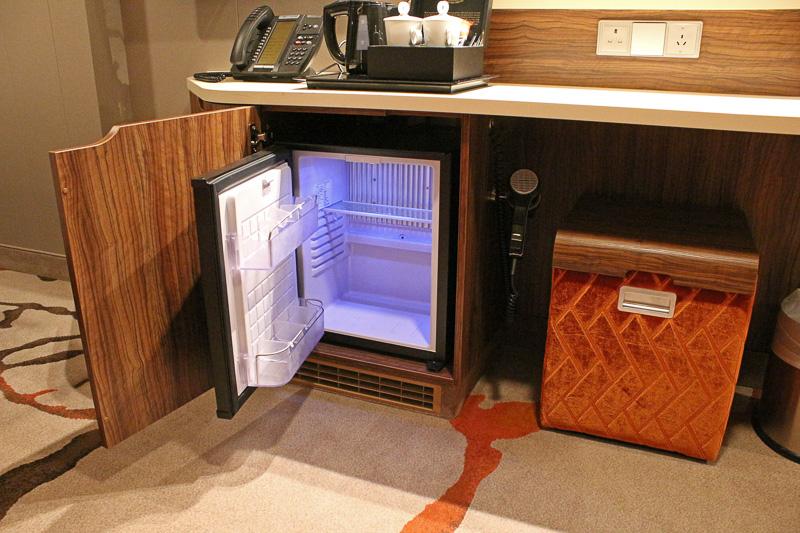 デスク下にはミニ冷蔵庫やドライヤー、イスなど