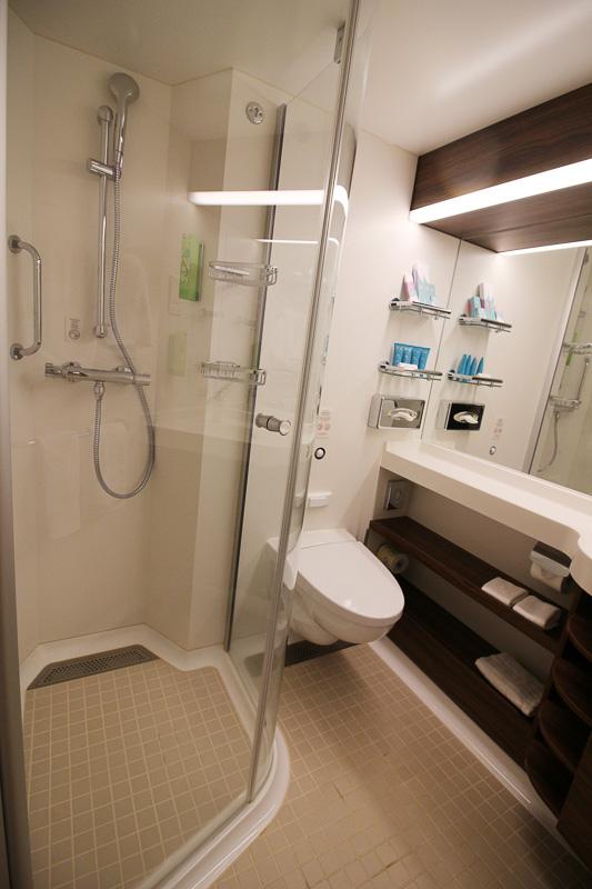 シャワーブースも広く使いやすい