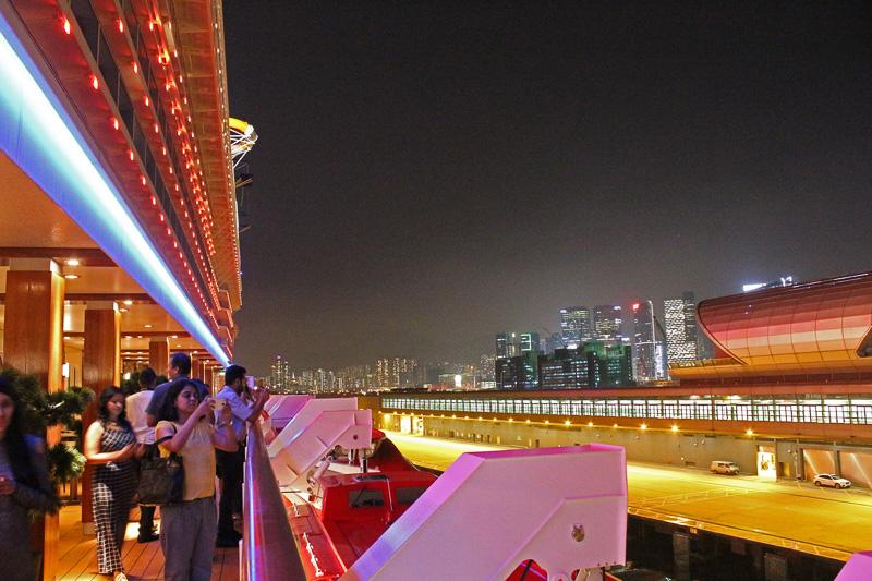 夜景が見られる唯一のタイミングとあってデッキには多くの乗客が