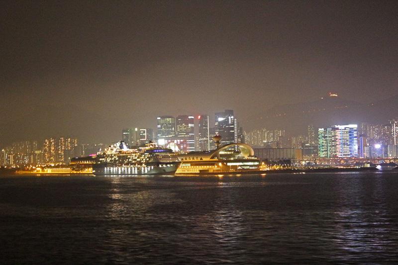 ターミナルと逆の右舷側デッキならさらに夜景がキレイそうだ