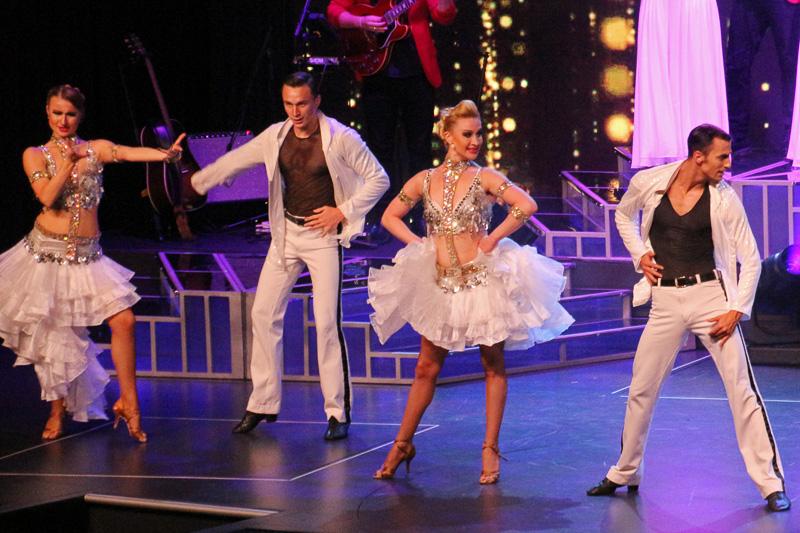 社交ダンスのチャンピオンたちによる本格的な歌とダンスのショー