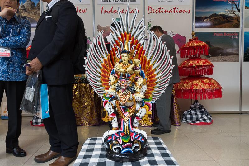 インドネシアの共同ブースには、ヒンズー教の神様が、同じく神の鳥であるガルーダに乗ったオブジェを展示