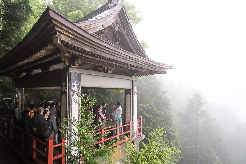 「元町・中華街駅発の夜行列車で行く秩父絶景ツアー」の目的地三峯神社境内にある下界を一望できる「遥拝殿」。残念ながら雲海にはめぐり会えなかったが、神気を感じるパワースポットからの眺望は迫力がある