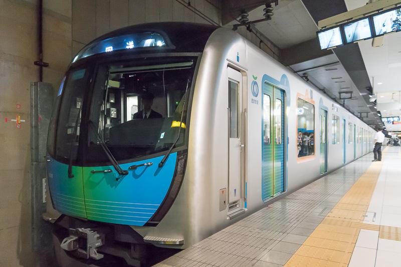 22時16分ごろ、2番線に新型通勤車両40000系が入線