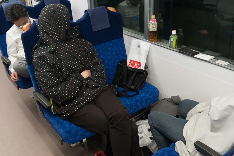練馬駅から先は、車内の照明が暗くなった。真っ暗にはならないので、フードをかぶって仮眠している人も
