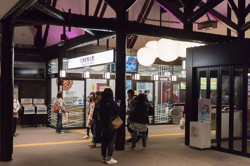 深夜の西武秩父駅を出る
