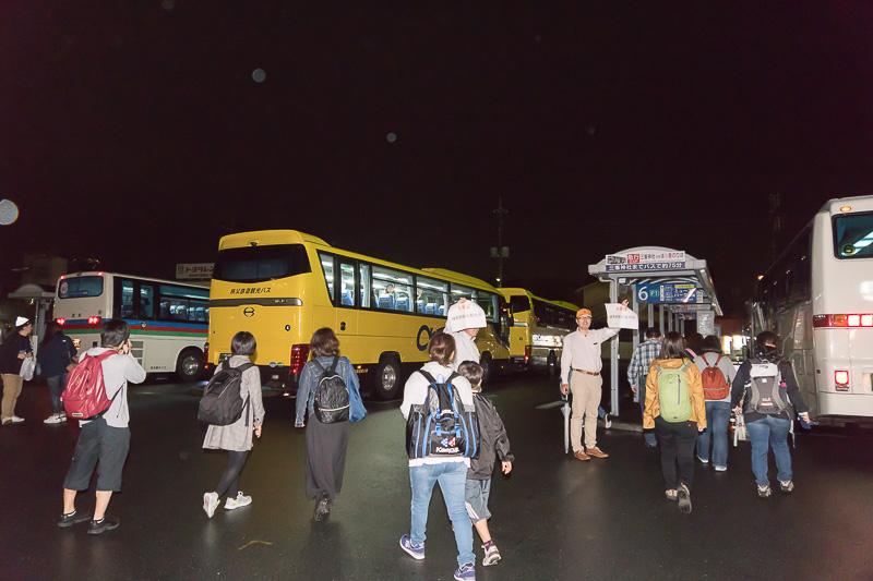駅前に停まるバスに分乗する