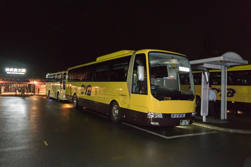 西武秩父駅前に停まるバス。西武観光バス、秩父鉄道観光バス、秩父丸通タクシーが混在