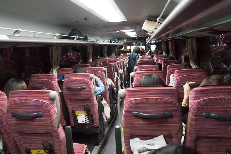 バス車内の様子。これは秩父鉄道観光バスだが、比較的新しい車両のようだ