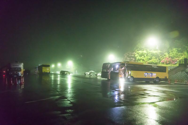 三峯神社の駐車場に到着。残念ながら雨だ