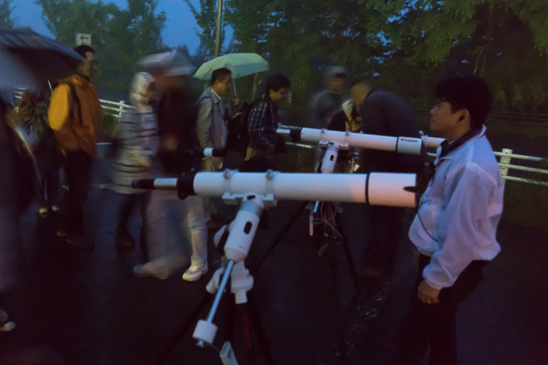 望遠鏡のデモンストレーション。覗くと土星のスライドが見える