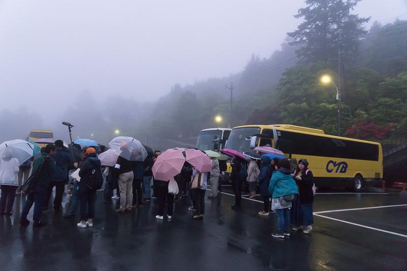 三峯神社の展望スポットに向けて、駐車場を出発