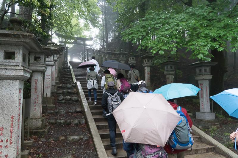 遥拝殿という三峯神社奥宮を遠くから拝める展望台への階段