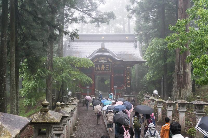 本殿と拝殿のある方に進む。奥に見えるのは随身門
