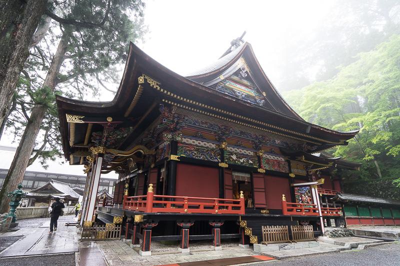 拝殿に近づき横から見たところ。祈願を申し込むと祈祷を受ける場所。写真右が奥になっていて神様がまつられた本殿がある