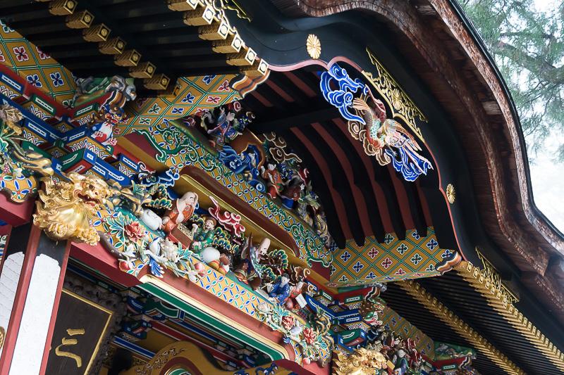 屋根には美しい装飾が施されている