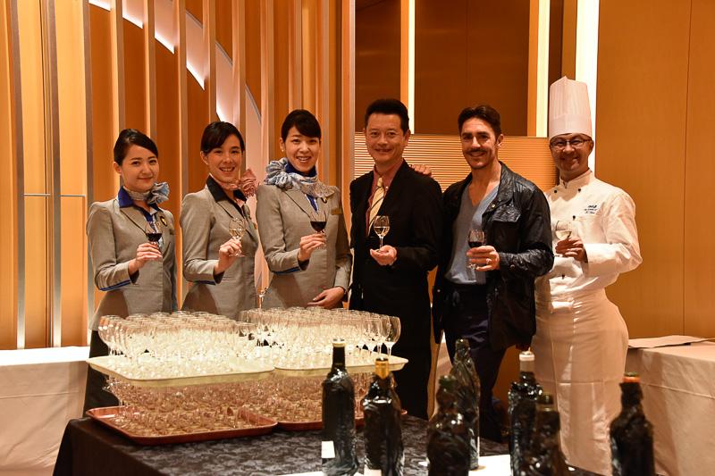 ワインのセレクションは「THE CONNOISSEURS(ザ・コノシュアーズ)」のメンバーとソムリエ資格を持つCA(客室乗務員)、機内食担当のシェフ、サービスを企画するANA社員など50名ほどが参加した選定会で行なわれた
