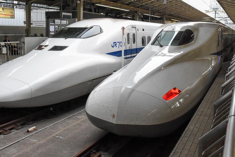 京都へ向かう旅の始まりは東京駅。のぞみ(N700A)で京都へ向かう。左に並んでいるのは2019年度に引退が決まっている700系