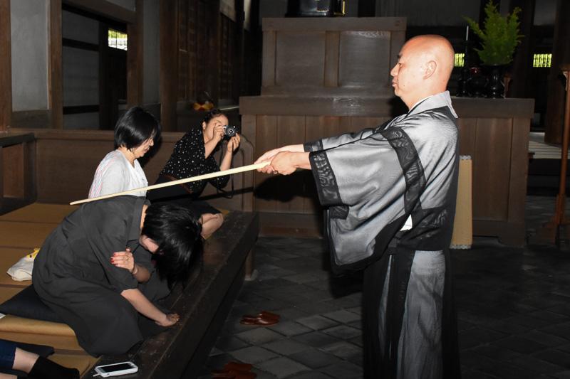 臨済宗で警索を受ける場合、左右の背中を2回ずつ打たれる。肩を打つのは曹洞宗の場合