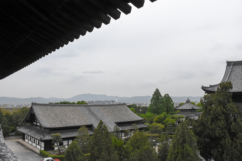 小さく京都タワーを望む。タワーから右のあたり、愛宕山から比叡山を北山と呼ぶ