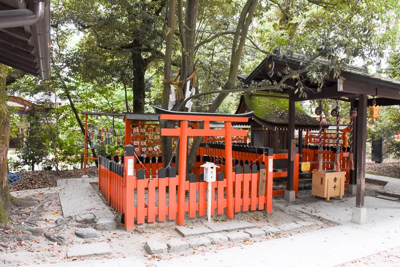 糺の森の手前にある相生社(あいおいしゃ)と連理の賢木(れんりのさかき)。縁結びの神様を祭っており、注連縄(しめなわ)のあたりで2本の木が1つになっている