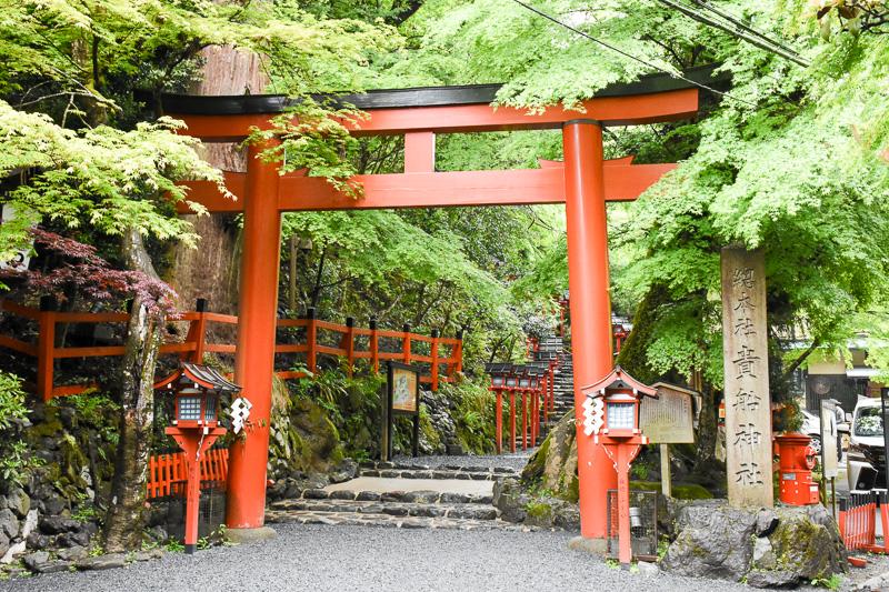 貴船神社の鳥居(二の鳥居)。奥に階段が続き、本宮へ向かう。前日からの雨で濡れた様子がかえってよい具合に見える