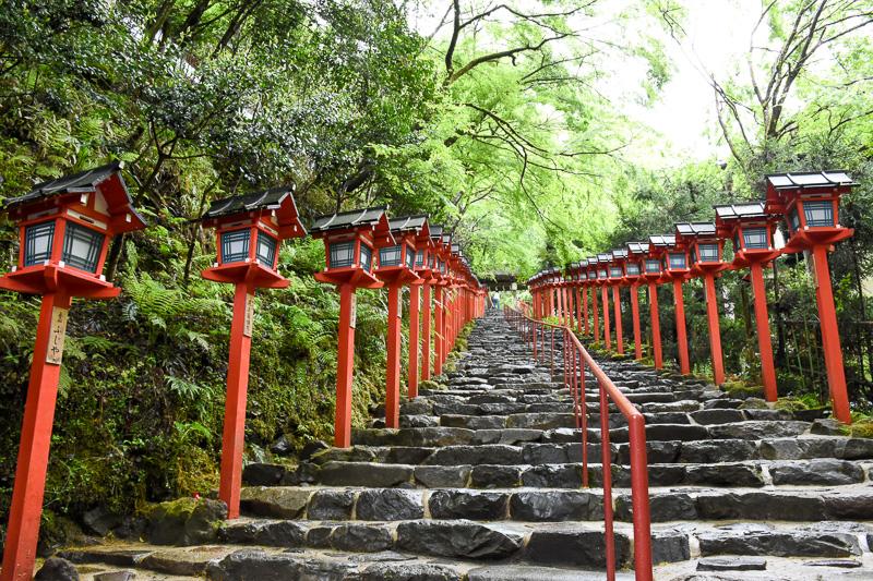 本宮へ続く階段。なお、貴船神社は坂道の途中にあり、本宮の先の奥宮までは歩きづらい箇所もある。履き物には気を付けたい