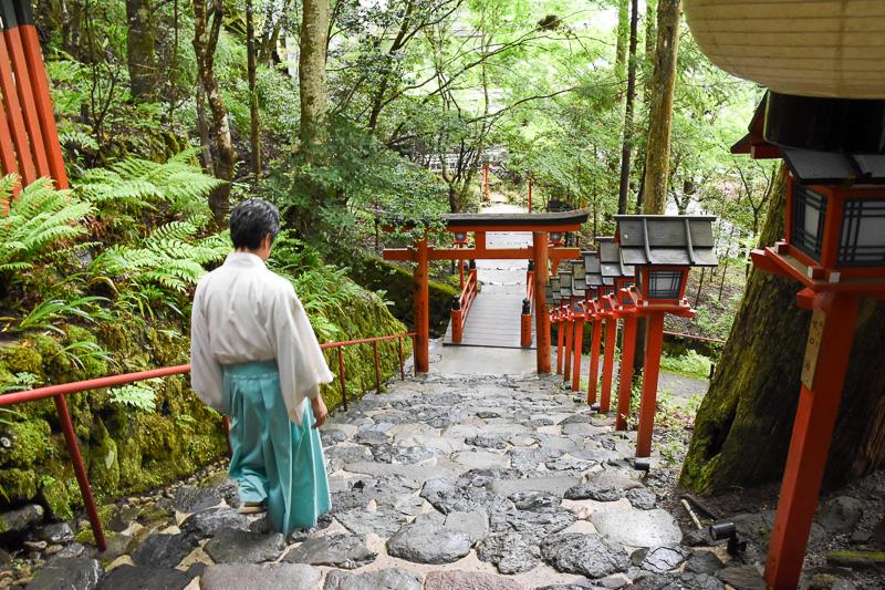 奥宮へ向かう。歩いて5~10分程度の道すがら、貴船神社の氏子が軒を並べる。川の上に座敷を作って料理を振る舞う川床(かわどこ)料理を楽しめる