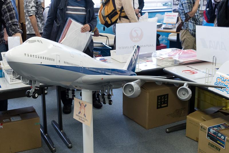 KIXチャリティージャンク市の今年の目玉はボーイング 747型機の巨大模型。ただ、担当者によると「あまり売り物だと気付いてもらえない」とか