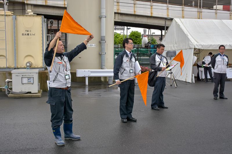 参加者は大学単位で3グループに分かれ、4つのブロックに分けれた展示をまわる