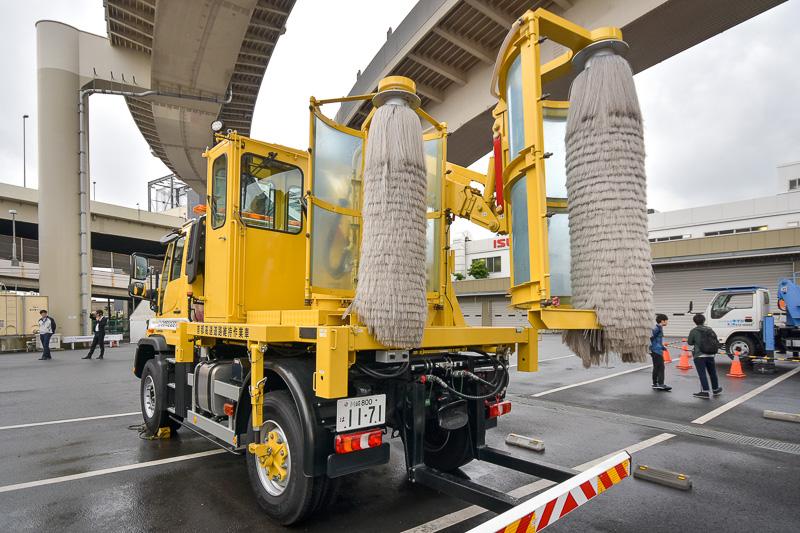 側面の清掃をする特殊清掃車。アームの長さや角度が変化し、最適な位置に回転ブラシが移動する