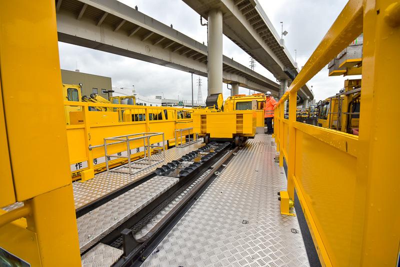 架装部のウエイトを移動させ、軸重値を8~15トン間で設定可能