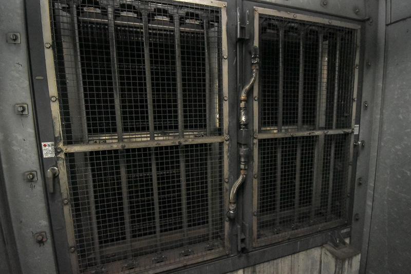 トンネル内の空気をファンで吸い込み、電気収塵機で浮遊粒子物質(SPM)を除去する