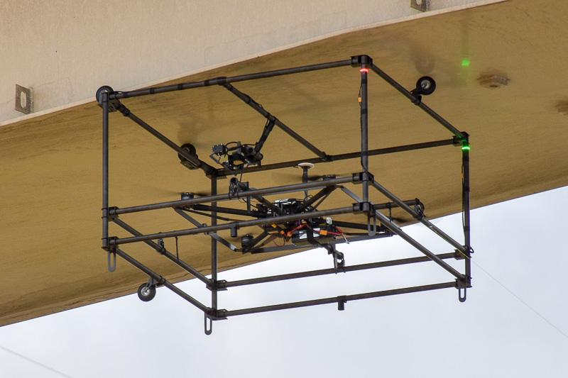 桁下に張り付き、表面の状況を確認するドローン