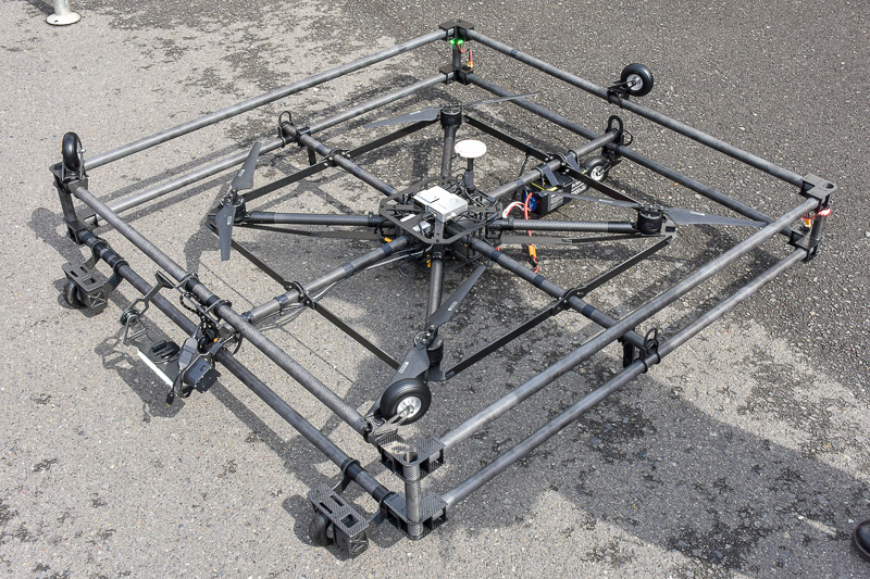 支承の点検用として薄く開発されたドローン
