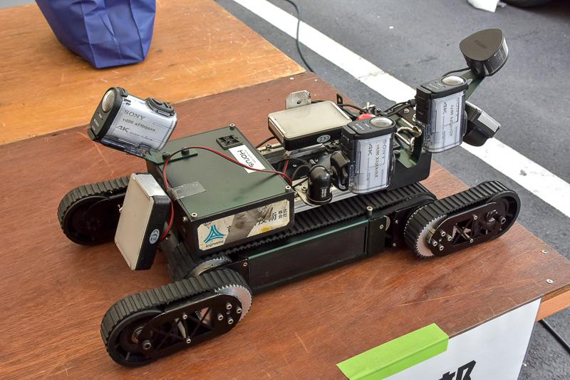 鋼製の伸縮装置の裏側などに遠隔操作で走行させて点検するロボット