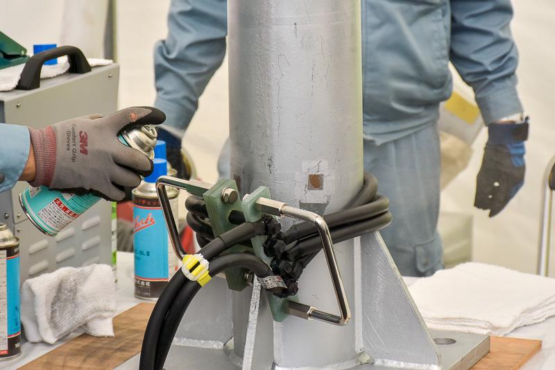開発した磁粉探傷装置は、1度に4カ所の試験が可能