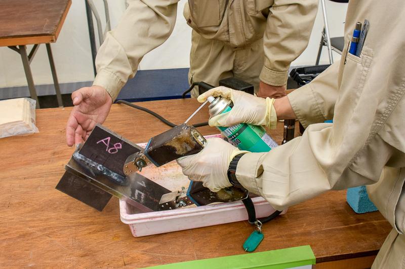 鋼材の表面欠陥を検出する磁粉探傷試験
