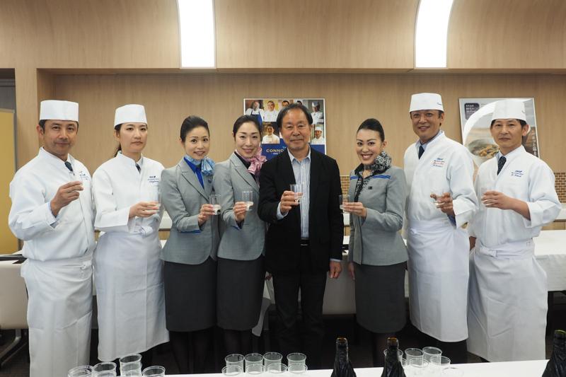 日本酒選定会に参加したANAの日本酒アドバイザーである太田和彦氏(中央)とCA(客室乗務員)、ラウンジのコンシュルジュ、ANAケータリングのシェフなどのスタッフ