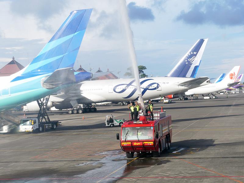 着陸したバリ島・ングラライ国際空港では歓迎の放水が!