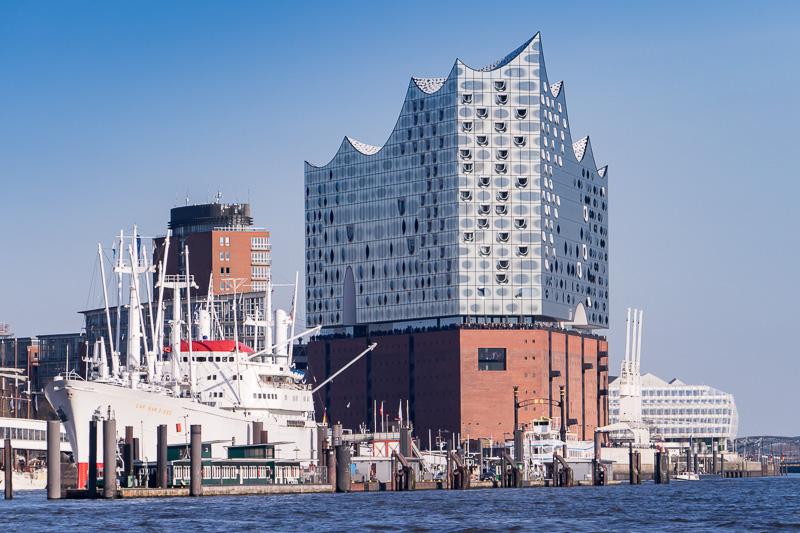 港から見たハンブルクの新しいランドマークとなるコンサートホール「エルプフィルハーモニー・ハンブルク」