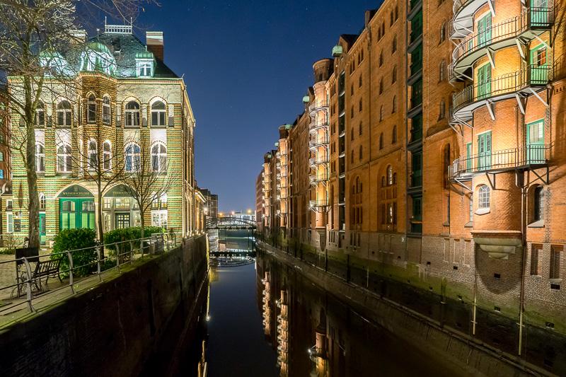 倉庫街の夜景。夜はロマンティックにライトアップされる