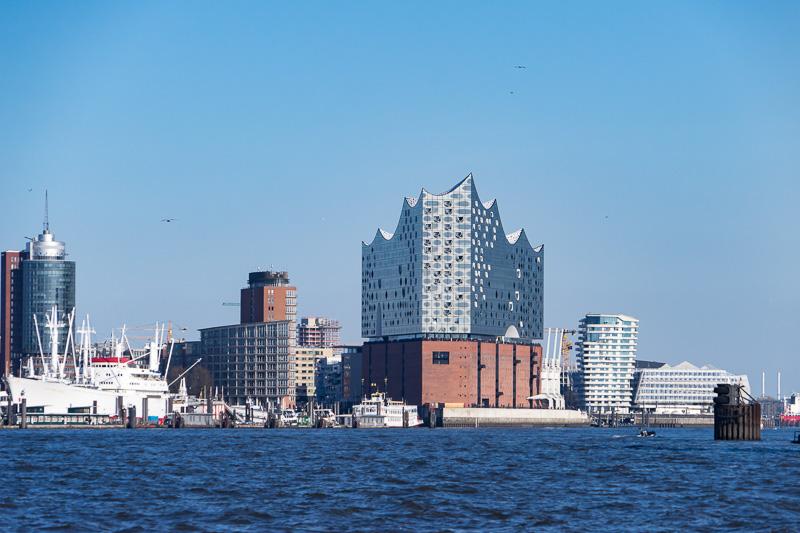 南西側で少し遠ざかり河口側から見ると、大型船のようにも見える。ハーフェンシティの開発で立つ周囲の建物も見える