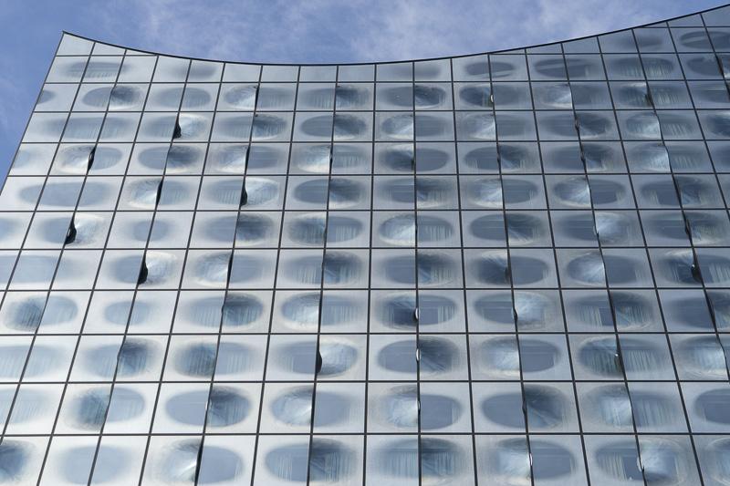 東面ファサード上部のディテール。窓に遠景のデザインが施され、ガラスもランダムに曲面が配置されている