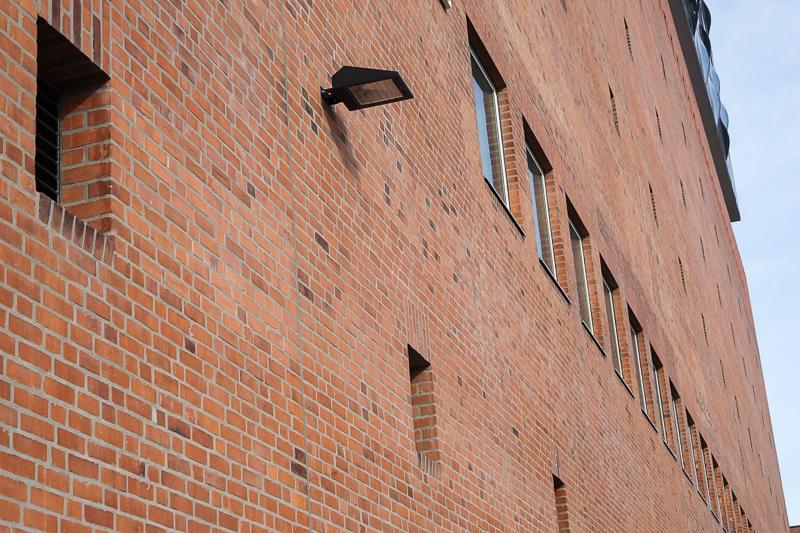 ファサード下部は倉庫の外壁をそのまま残している