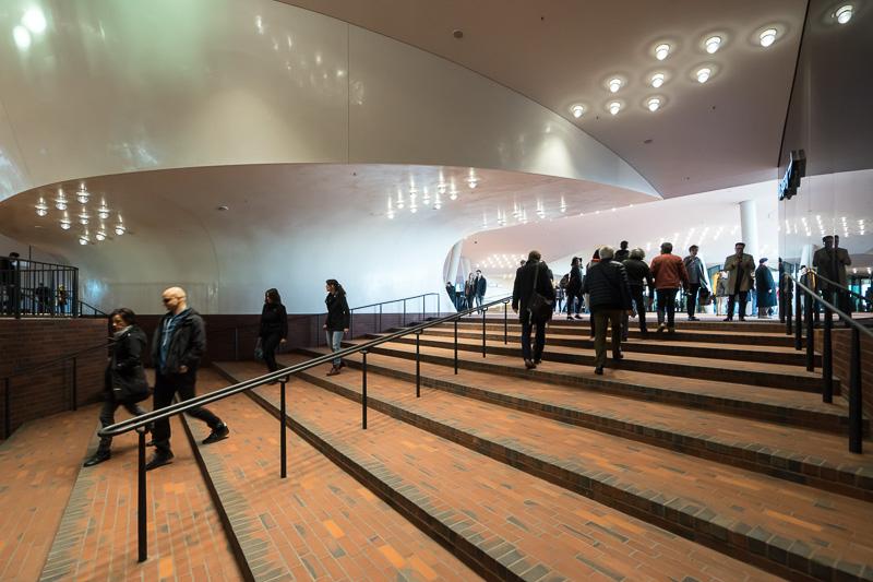 エレベータからプラザのエントランスホールへは階段がある。コンサート終了時など混む時間帯は混雑する
