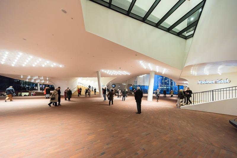 プラザのエントランスホール内は柱が斜めになっている
