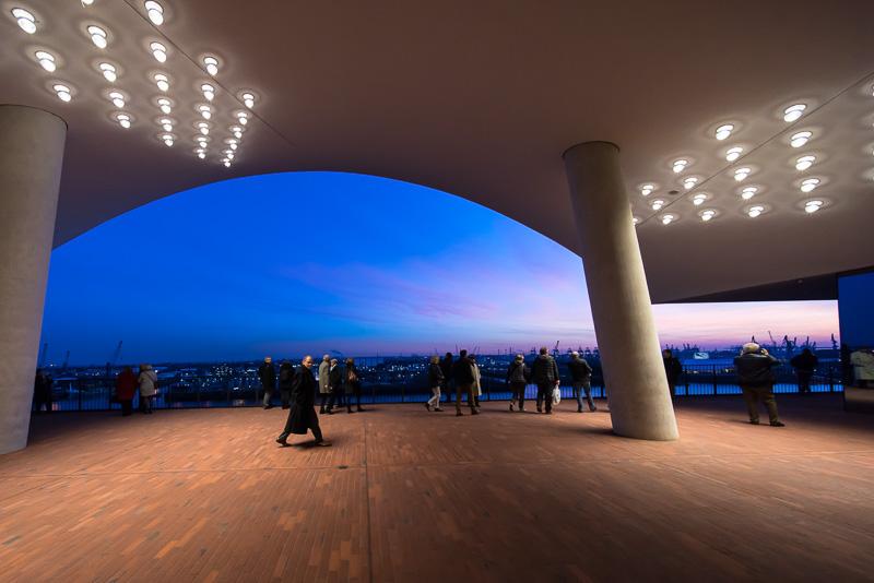 同じプラザ外周路の出入り口の夕焼け時。港が一望できて美しい夕焼け